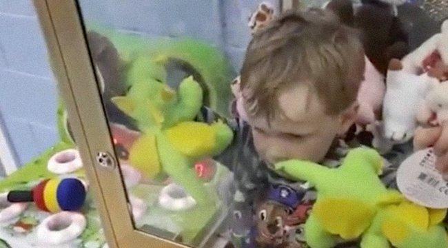 Ezt hogy csinálta?! Játékgépbe szorult a gyerkőc