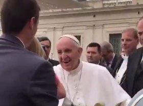 Elemelte egy kislány a pápa pileólusát