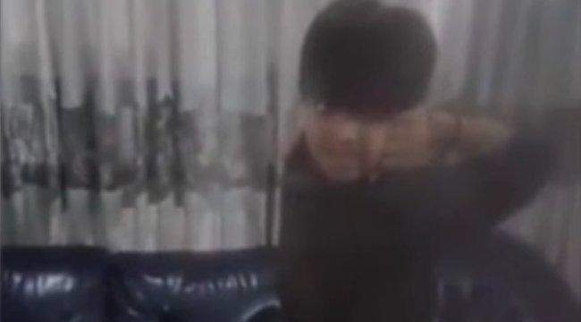 Döbbenet: ez a fiú a háta mögé tud nézni, anélkül, hogy megfordulna- videó