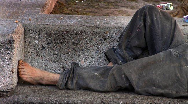 Brutálisan megöltek egy szlovák hajléktalant, a holttestét a kukába dobták