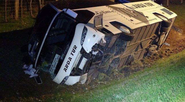 Felborult egy busz 49 utassal az M5-ösön – képek