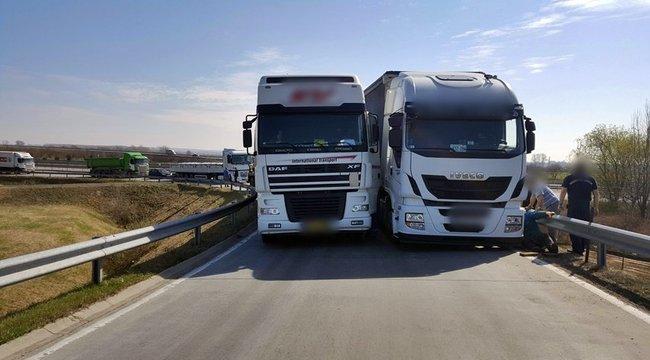 Egymás mellé szorult két kamion az M0-áson – fotó