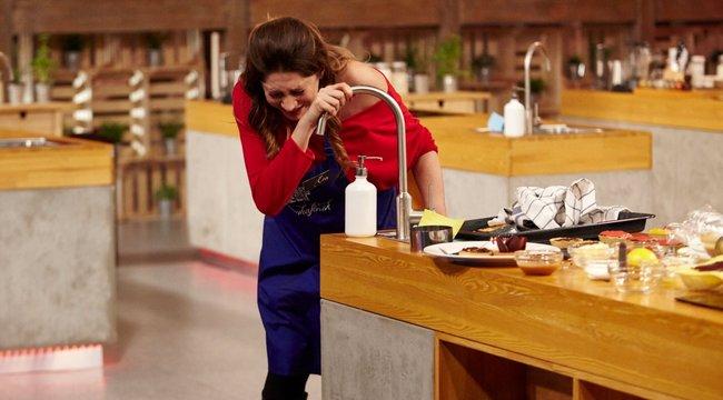 Majdnem bepisilt Horváth Éva a konyhában