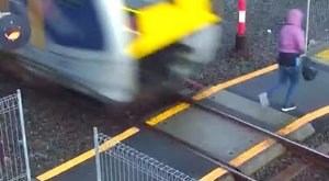 Egy ostobanő miatt kellett vészfékeznie a vonatvezetőnek