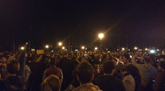 Több mint ezren a a Sándor-palota előtt