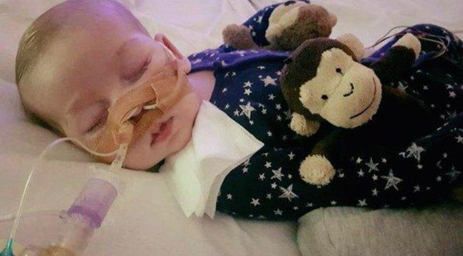 Kiakadtak a szülők: abírószerint az orvosok lekapcsolhatják a baba életfenntartó gépeit