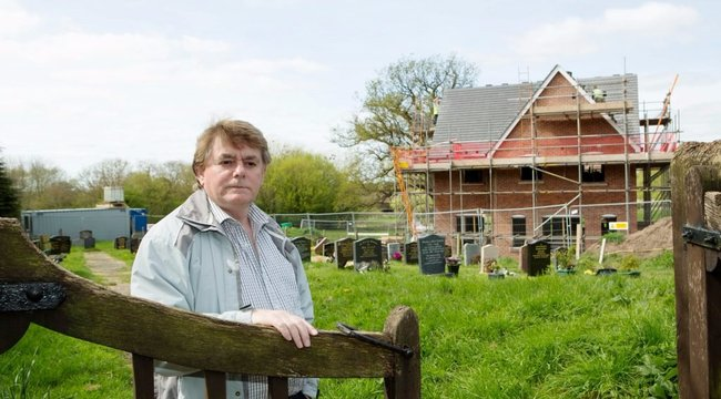 Egy lépésre szülei sírjától házat építettek