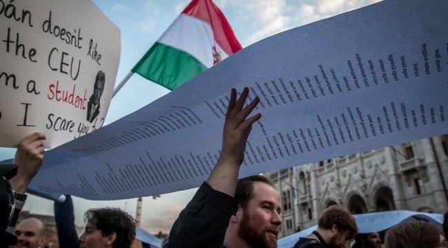 Több országban is tüntetnek hétfőn a CEU-törvény ellen