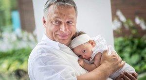 Először locsolta meg unokáját Orbán Viktor - fotó