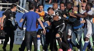 Balhé a Lyon-meccsen: szurkolók estek neki a focistáknak