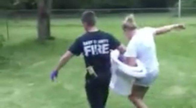 A tűzoltóknak kellett szétverniük a nőhöz felettébb ragaszkodó vécécsészét
