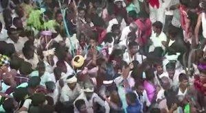 Szárított tehéntrágyával dobálva vívnak harcot egy indiai faluban