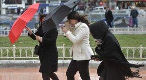 Viharos szél és hófúvás: figyelmeztetések, riasztások vannak érvényben