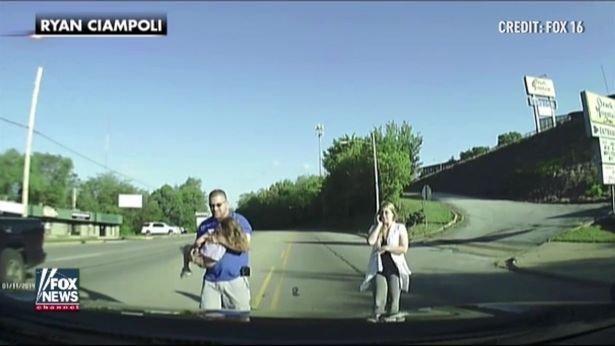 A sofőrnek fel sem tűnt, menet közben esett ki a buszból a zokogó kislány - videó