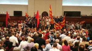 Maszkos emberek törtek be a macedón parlamentbe