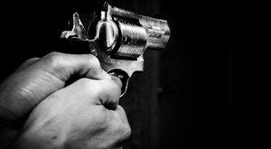 Fegyvert rántott a fodrásznál az elégedetlen anya, és nem a frizura miatt - videó