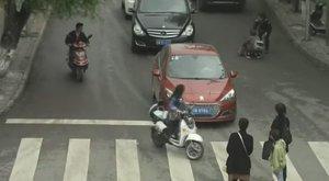 Elképesztő szerencse, pedig két autó is áthajtott a gyereken - videó