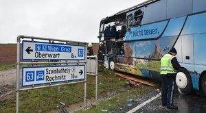 Darus kocsi öklelte fel az iskolabuszt