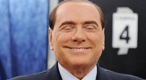 Hoppá, Berlusconi pofára esett!