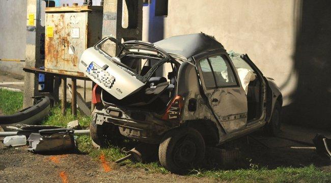 Halálos baleset Ecseren: felismerhetetlenre tört a Renault - fotók