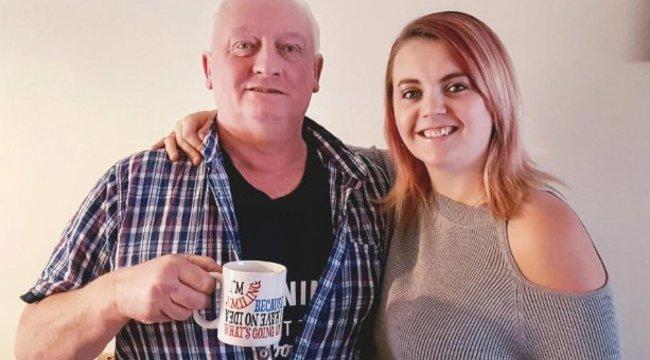 Elképesztően bizarr módszert választott: lánya tejét issza a rákos apa