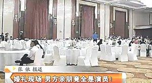 200 embert fizetett le, hogy legyenek a násznép az esküvőjén