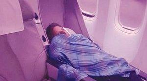 Az utas félt, mert aranyosan aludt a pilóta, ahelyett, hogy vezette volna gépet