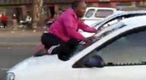Rátérdelt férje autójának szélvédőjére, hogy ne hagyja el a kocsiban ülő nőért