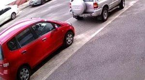 Így állt két kerékre és tört össze két autót egy terepjárós Győrben