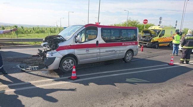 Beteget szállító mentőautó ütközött Budapesten, két mentős megsérült – fotók