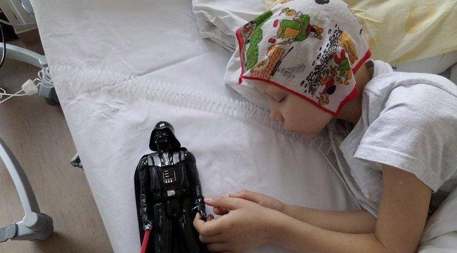 Sisakkal segítenek a Star Wars-rajongó Gáborkán