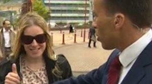 Mellénél fogva tolt ki egy nőt az élő adásból a BBC riportere
