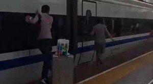 Kívülről szorult be az ujja két ajtó közé, elindult vele a vonat