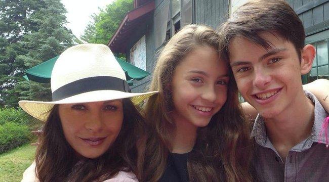 Büszke két gyerekére Catherine Zeta-Jones