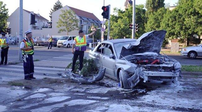 Olyan erővel csapódott neki az autós a fának, hogy kidöntötte azt a XV. kerületben