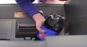 Sosem találná ki, miért öntött kólát egy nő az ATM-automatába