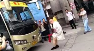 Ne csinálja utána: péniszével húzott el egy buszt