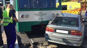 HÉV ütközött személygépkocsival Csepelen