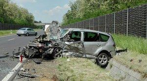 Kiszakadt a motor az autóból: brutális baleset Hajdú-Biharban