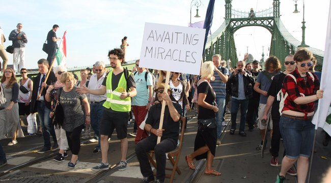 Több ezren vonultak a CEU és a civilek melletti tüntetésen