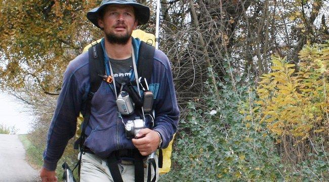 4279 kilométert gyalogol Kinyó
