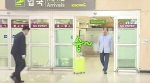 Csicskáztatott a repülőtéren a politikus – videó