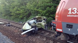 Vonat ütközött egy autóval Mendénél, ketten meghaltak – képek, videó