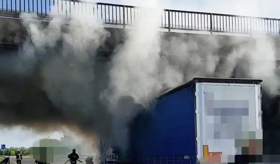 Így lángolt a kamion az M60-ason