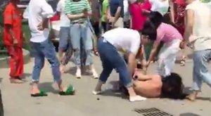 Kegyetlenül megalázta az utcán a férje levetkőztetett szeretőjét