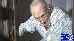 Amire nincs magyarázat: 90 évesnek esett neki az utcán