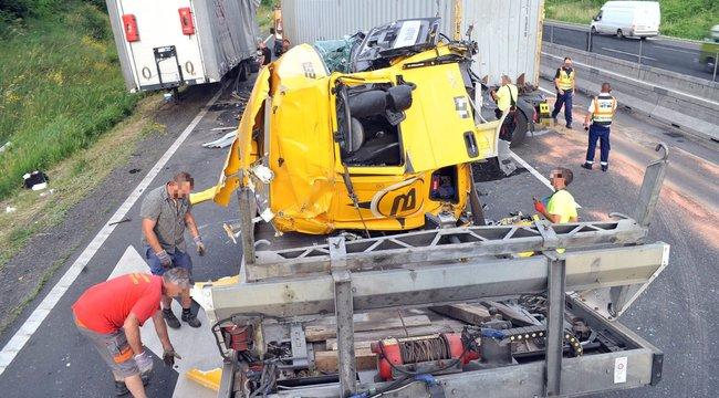 Brutális fotók: gyakorlatilag megszűnt egy kamion az M3-ason egy karambolban