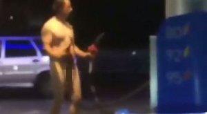 Meztelen férfi sokkolt egy orosz benzinkúton