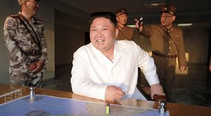 Míg milliók nyomorognak, az észak-koreai diktátor helikopterrel jár haza