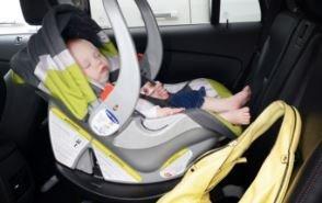 A kocsiba zárta gyerekét a bevásárló fóti anya: börtönbe is kerülhet